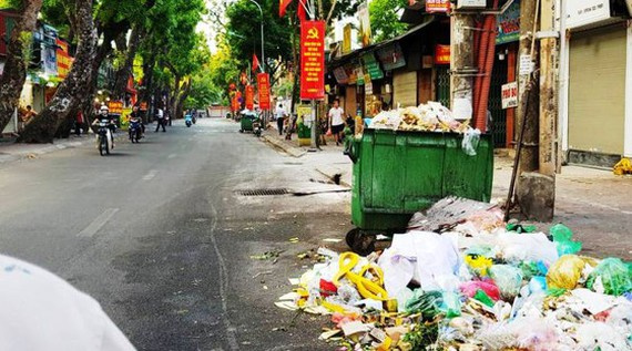 Tons of trash, build up across downtown Hanoi, Nam Son dump site, delays in compensation for resettlement, compensation for resettlement