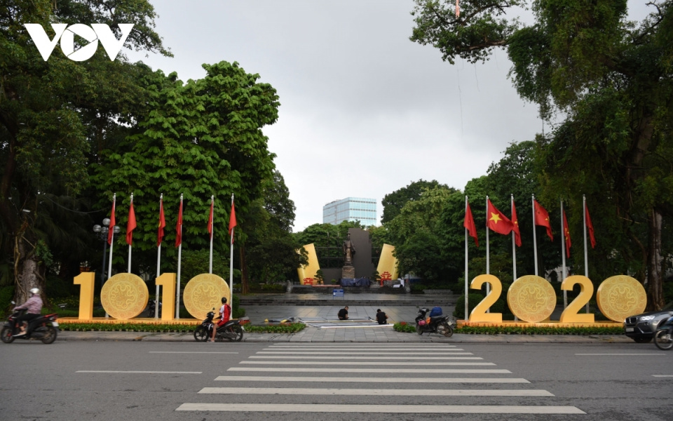 Flags and flowers spotted throughout Hanoi to celebrate major events