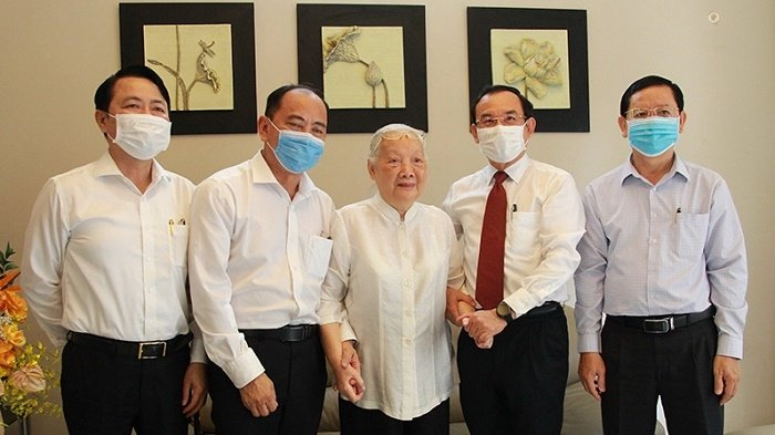 Ho Chi Minh City Party chief visits outstanding health officials