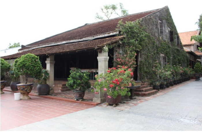 """nestled, though, appears, years, house, modern, prosperous, center, Internet, """"Dinh"""", style, tiled, typical, tiles, fronts, straight, majestic, traditional, mountain, typeface, However, unique"""