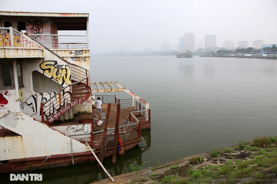 Floating restaurants left idle on the West Lake for years