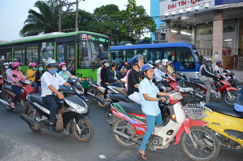 City administrations, bid extension on contract, posting ads on buses, lengthy bidding procedure, Koa - Sha Media Vietnam Company, tough economic condition, government intervention