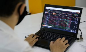 VN-Index slips as trading volume scores new record